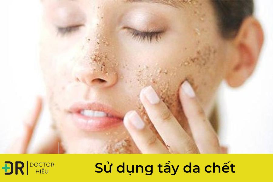 sử dụng tẩy da chết điều trị sợi bã nhờn