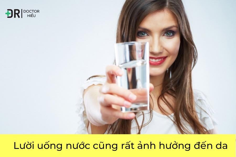 Không uống nước rất ảnh hưởng đến da