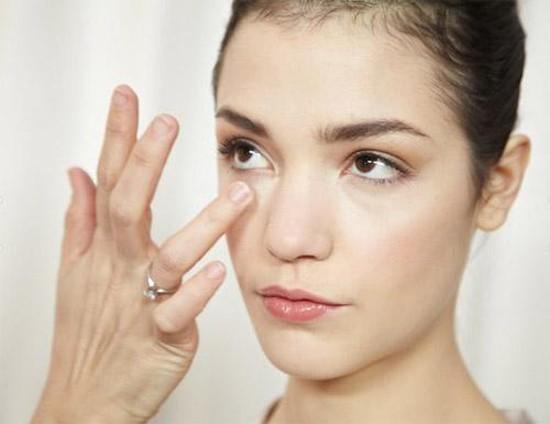 4 bước massage trị thâm mắt